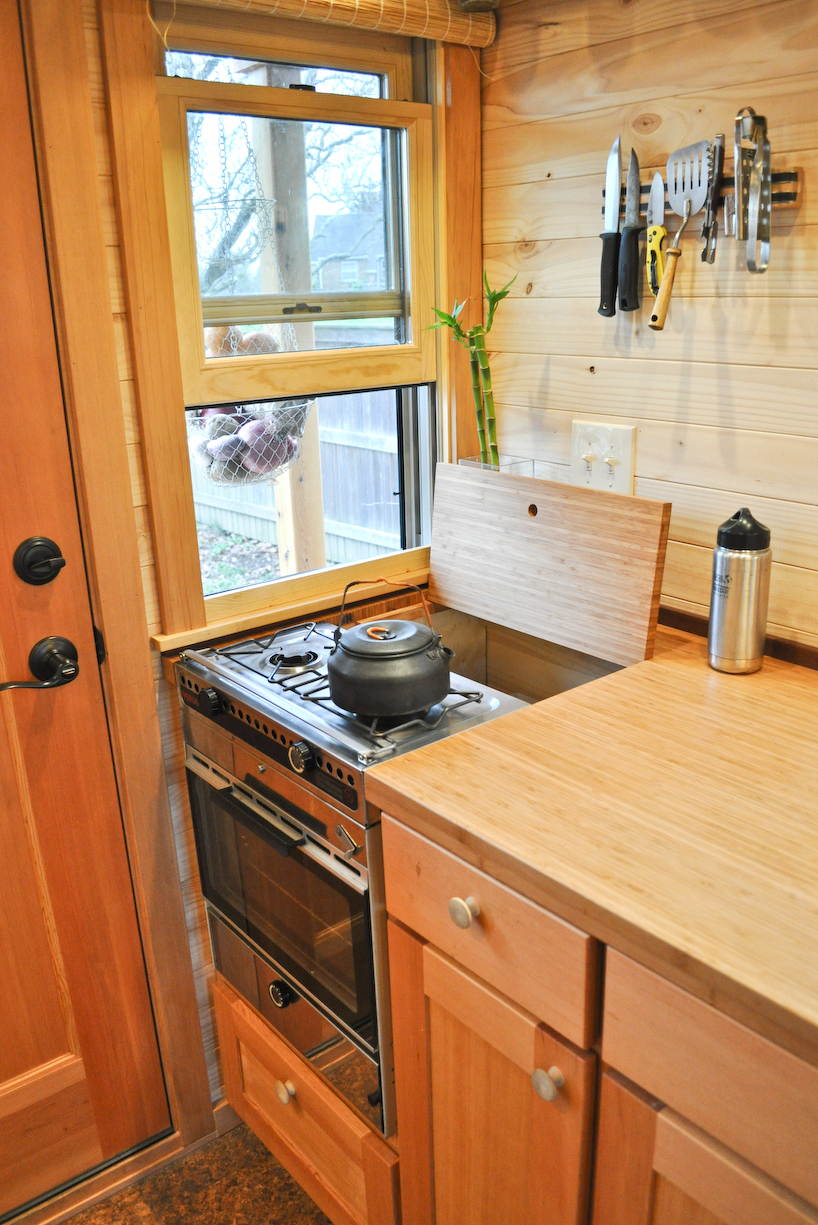 Row91 1 - Tammy is living in a 12 m2 (128 ft2) tiny house with her husband and two cats