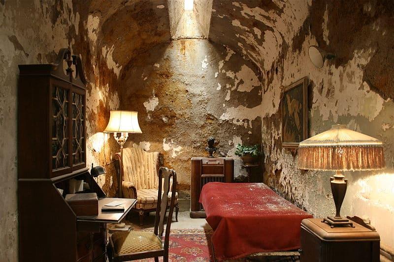 Al capone cell 1 - Compact living mafioso style