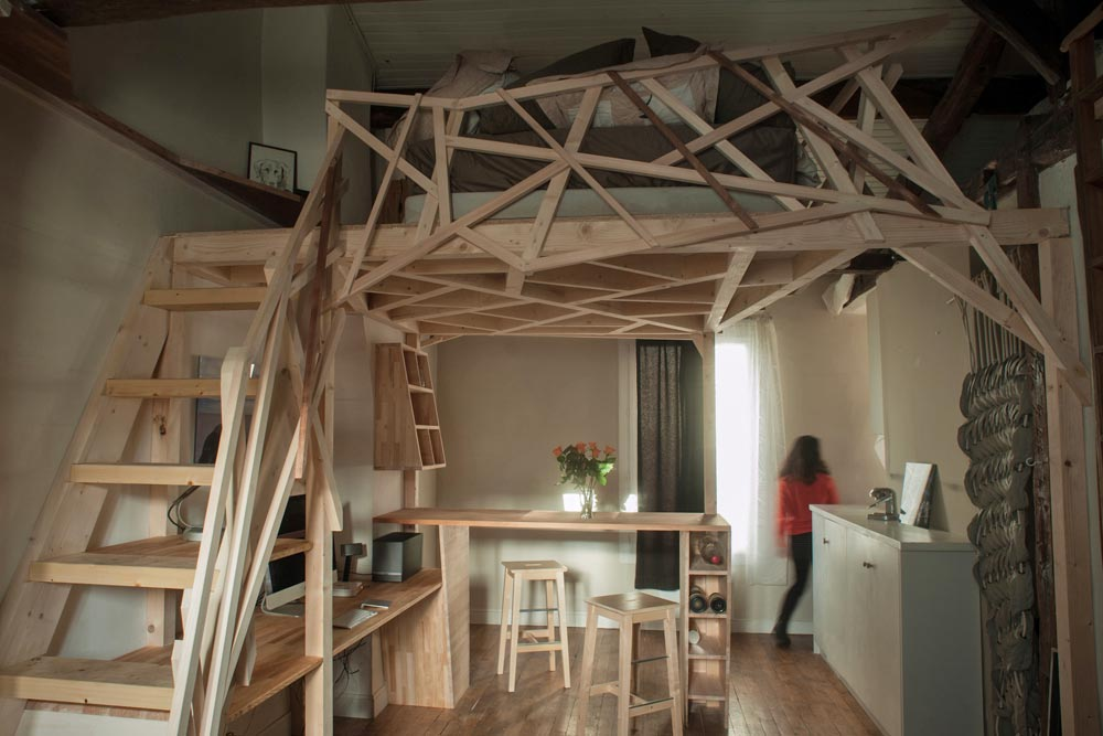 This small studio apartment alternates as a wooden sculpture living in a shoebox - Studio mezzanine ...