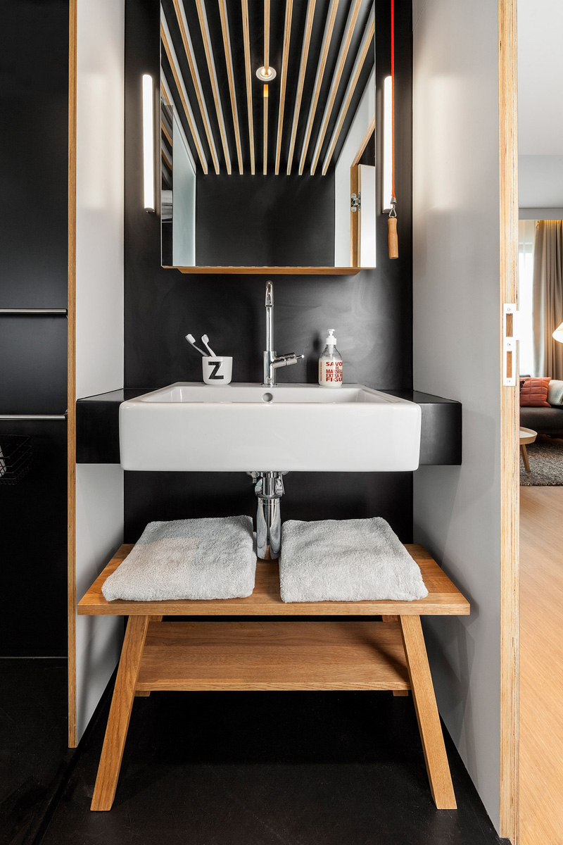 Hotel room boasts retractable staircase and hideaway loft for Lavabo petit espace