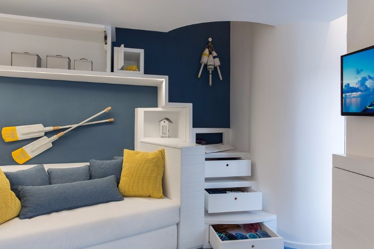 This small italian apartment draws its inspiration from the nautical