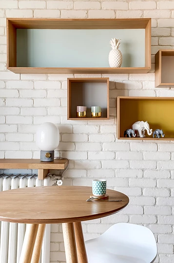 441a2a 17cc334712fc49d18c205cc887a898f8.webp  - Small studio apartment uses see-through shelving as an elegant partition wall