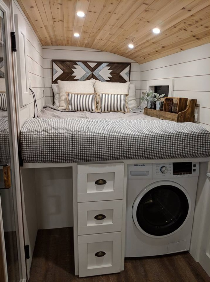 going boundless 21 - Couple turned an old school bus into a cozy home on wheels