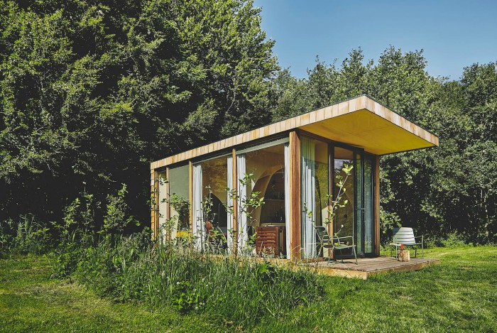 39c85e51 4a3a 4d04 b535 04a53f8c8a76 - This tiny cabin boasts a stunning timber domed interior