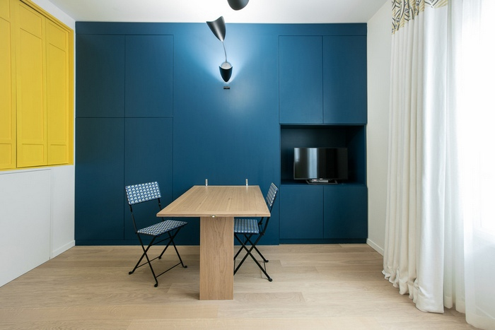 contemporain photos 3 - This small French studio sports a cozy alcove bed and a space-saving dining table