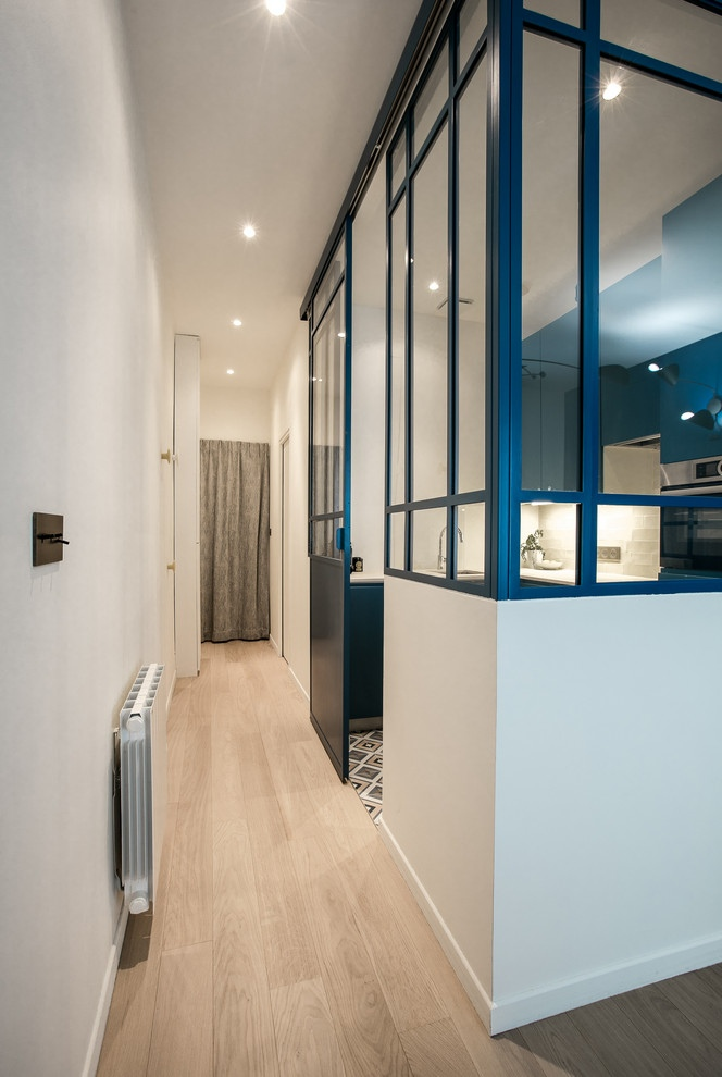 contemporain photos 7 - This small French studio sports a cozy alcove bed and a space-saving dining table