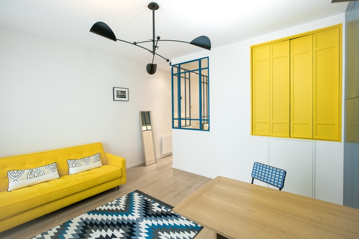contemporain photos - This small French studio sports a cozy alcove bed and a space-saving dining table