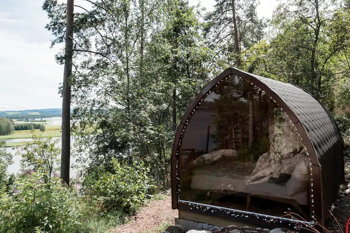 mirror cabin 1 - Mirrored glass cabin offers spectacular 180-degree nature views