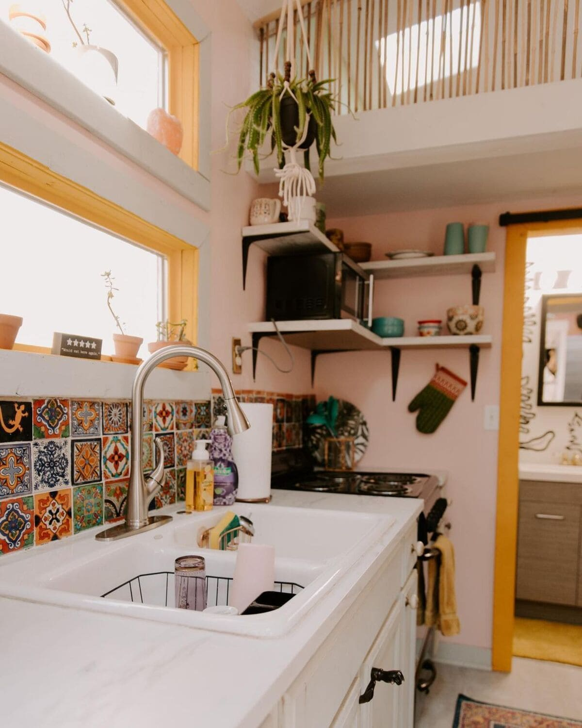tiny house 4 1 - Tropical tiny house offers visitors a creative getaway