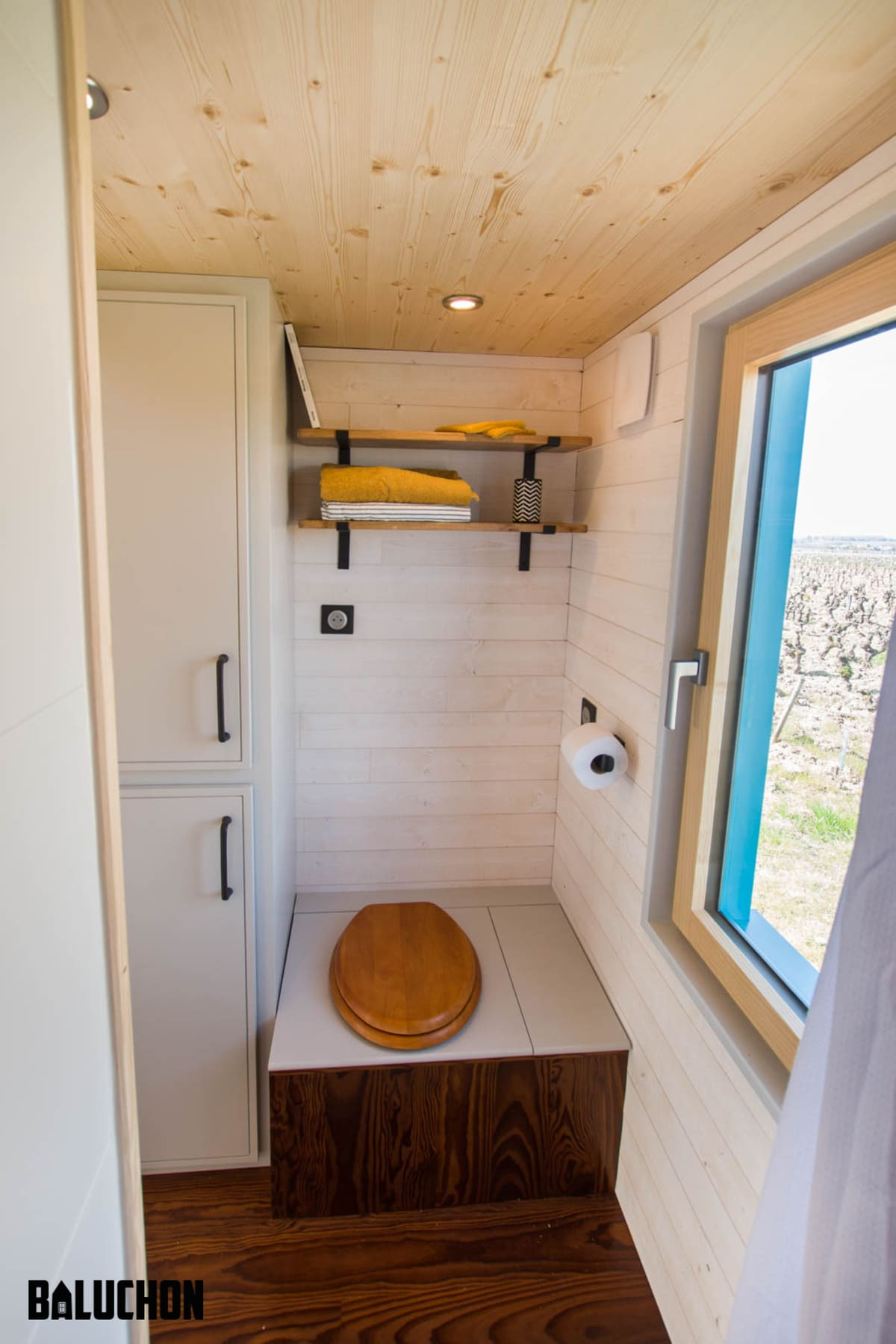 tiny house baluchon 2 - Mother and daughter live full time in stunning tiny house with cool hammock floor